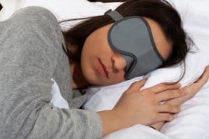 dormir avec un masque de sommeil