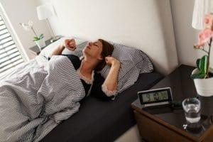 réveil avec palette vibrante sous oreiller